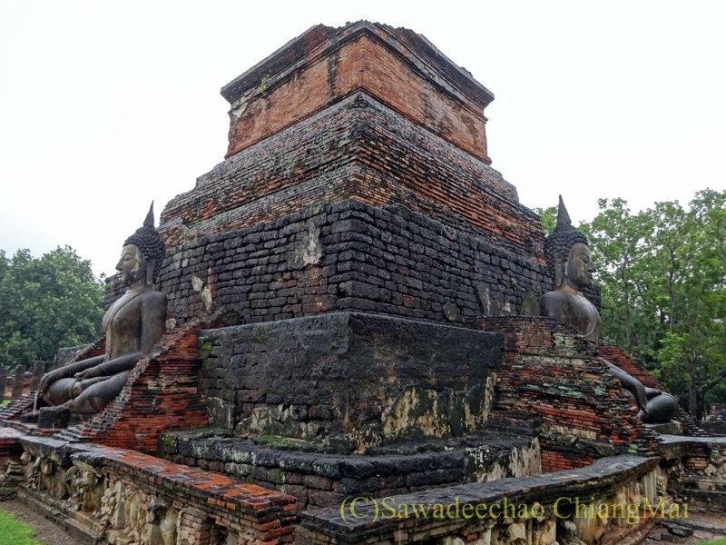 タイのスコータイ遺跡のワットマハータートの仏塔と仏像