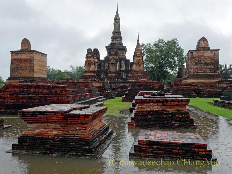 タイのスコータイ遺跡のワットマハータートの布薩堂跡