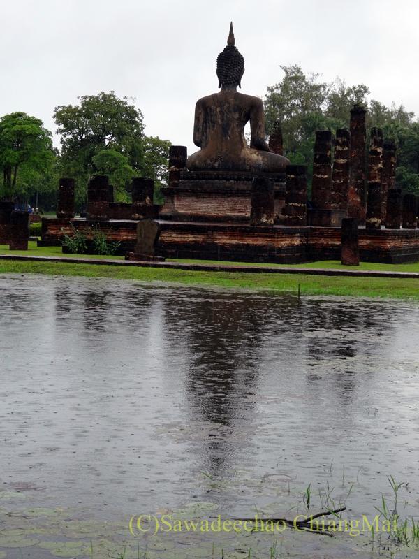タイのスコータイ遺跡のワットマハータートのお濠から見た本堂の仏像の後ろ姿