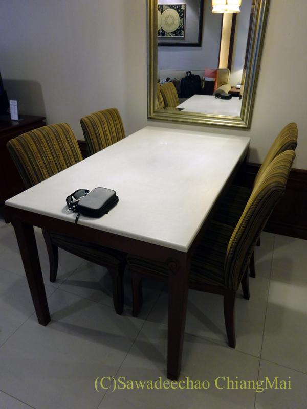 バンコクのホテル、センターポイントスクムビットトンローのダイニングテーブル