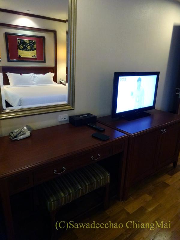 バンコクのホテル、センターポイントスクムビットトンローのドレッサーとテレビ台