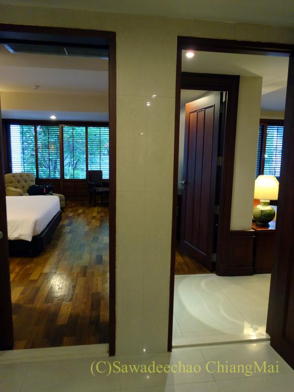 バンコクのホテル、センターポイントスクムビットトンローの入口から見た客室