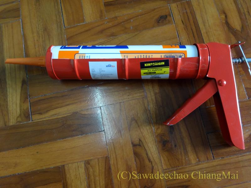 チェンマイの自宅の取れてしまった床板をつけるための接着剤と注入器具