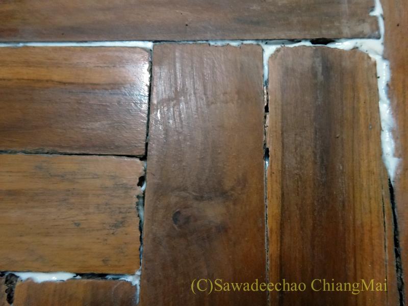 チェンマイの自宅の取れてしまった床板を貼りつけ直した状態
