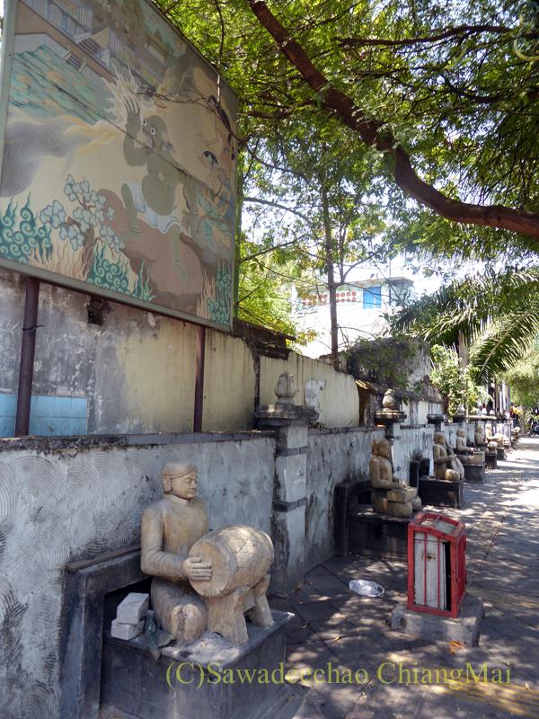 インドネシアのソロ(スラカルタ)にあるトリウィンドゥ骨董市場前の像