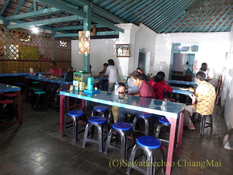 インドネシアのソロ(スラカルタ)にあるテンクレン食堂の店内