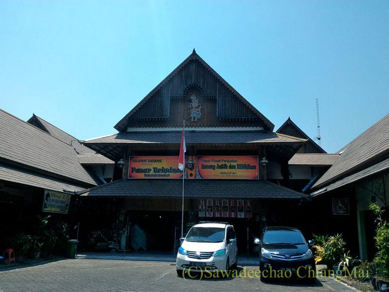 インドネシアのソロ(スラカルタ)にあるトリウィンドゥ骨董市場
