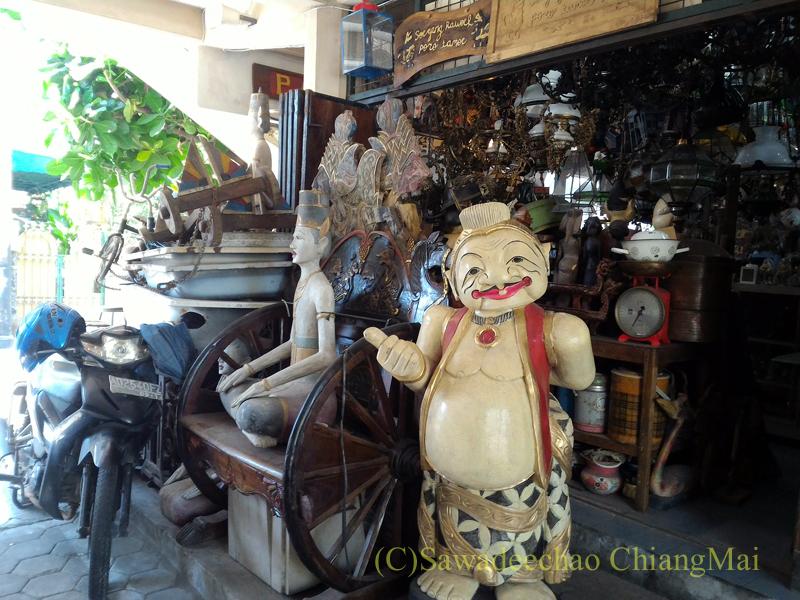インドネシアのソロ(スラカルタ)にあるトリウィンドゥ骨董市場の大きなものを売る店