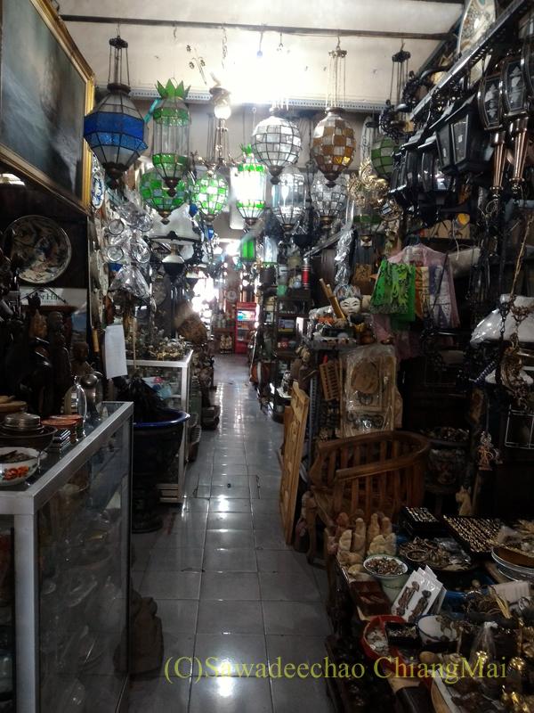 インドネシアのソロ(スラカルタ)にあるトリウィンドゥ骨董市場の内部