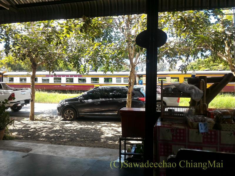 チェンマイのカオソーイブンユンの店内から見た列車