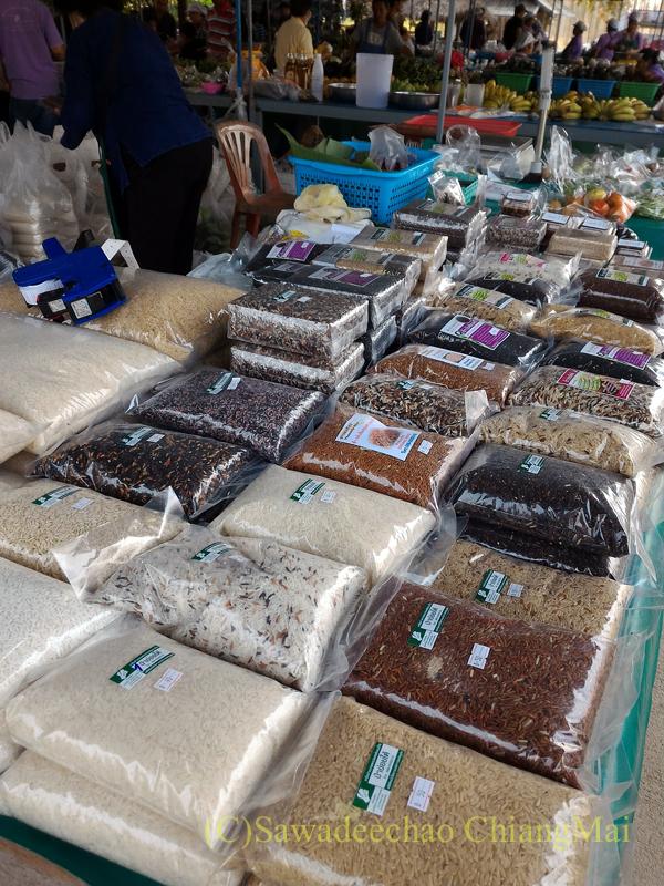 チェンマイ大学農学部キャンパスの土曜朝市の米屋