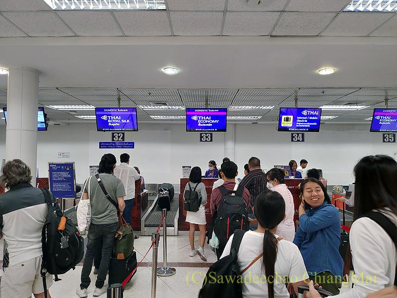 チェンマイ空港のタイ国際航空国内線チェックインカウンター