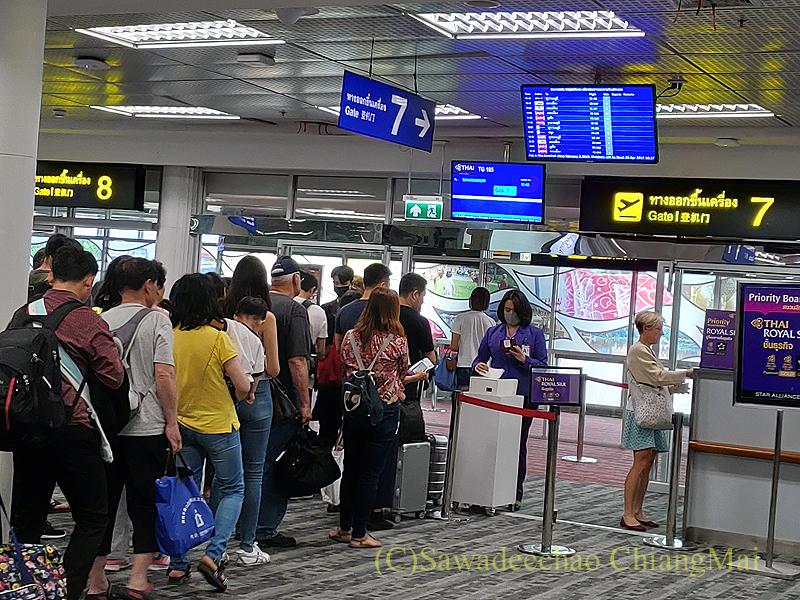 チェンマイ空港のタイ国際航空国内線の搭乗風景