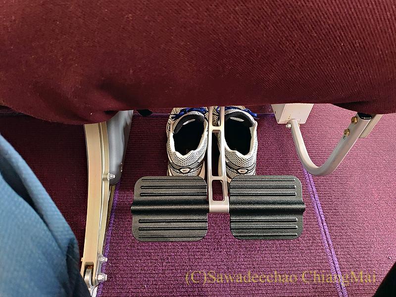 タイ国際航空TG105便のエコノミークラスのシートのフットレスト