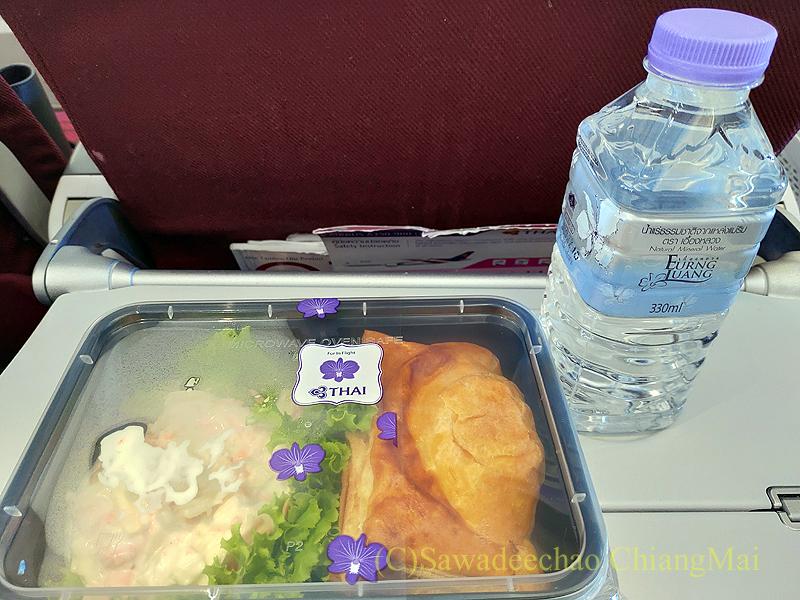 タイ国際航空TG105便のエコノミークラスで出た機内食全景
