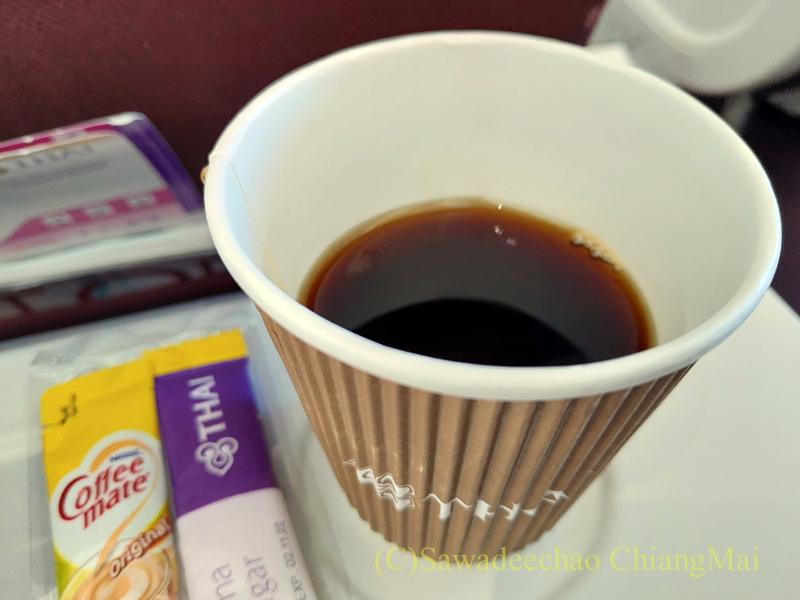 タイ国際航空TG105便のエコノミークラスで出た機内食のコーヒー