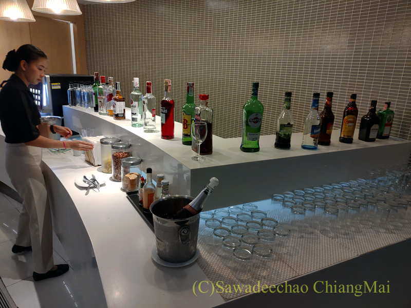 スワンナプーム空港にあるミラクルファーストラウンジの酒類のコーナー