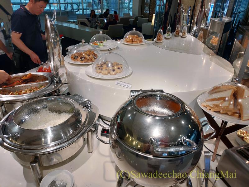 スワンナプーム空港にあるミラクルファーストラウンジの料理コーナー
