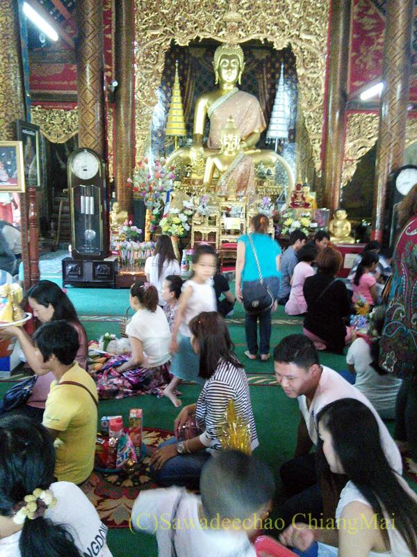 ウィサカブーチャの日のチェンマイのワットチャイモンコンの徳積行の人々