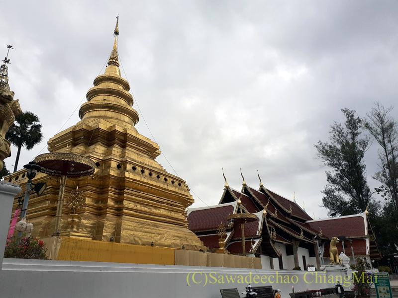 チェンマイ郊外にある寺院ワットプラタートシーチョムトーンの仏塔と本堂