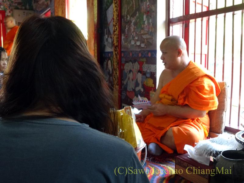 ウィサカブーチャの日のチェンマイのワットチャイモンコンのタムブンを受ける僧侶