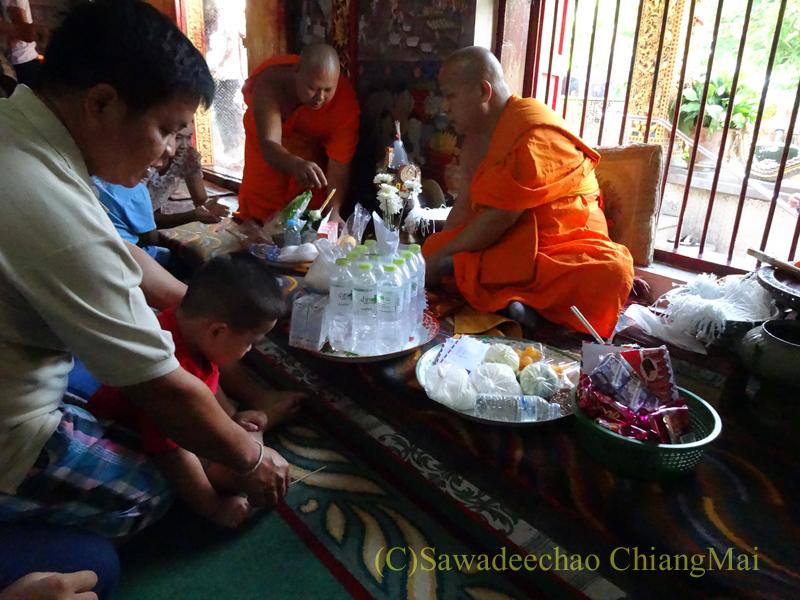 ウィサカブーチャ(仏誕節)の日のチェンマイの寺院でのお参り風景