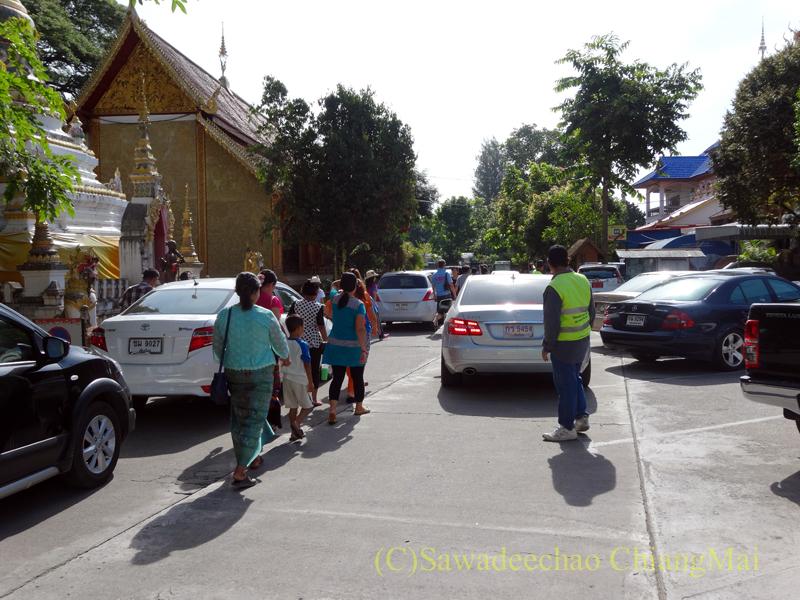 ウィサカブーチャの日のチェンマイのワットチャイモンコンの境内の自動車