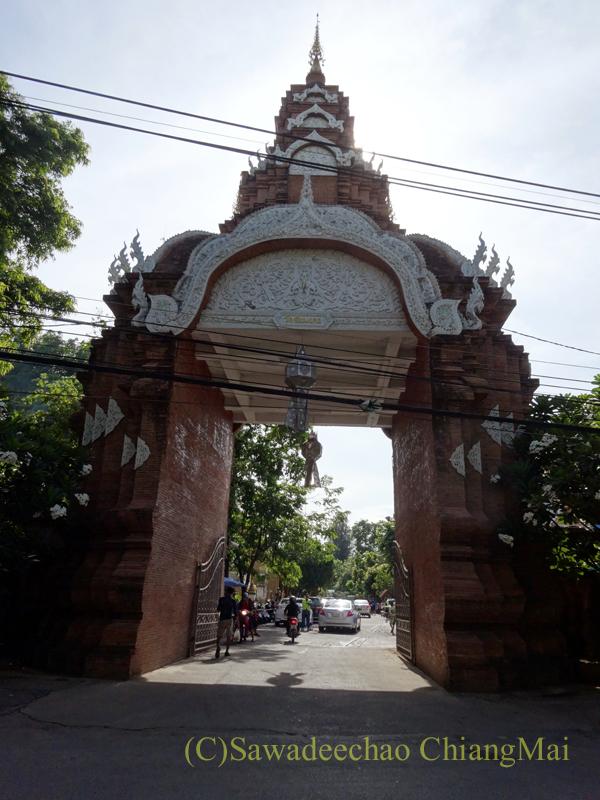 チェンマイ市内中心部にある寺院ワットチャイモンコンの楼門