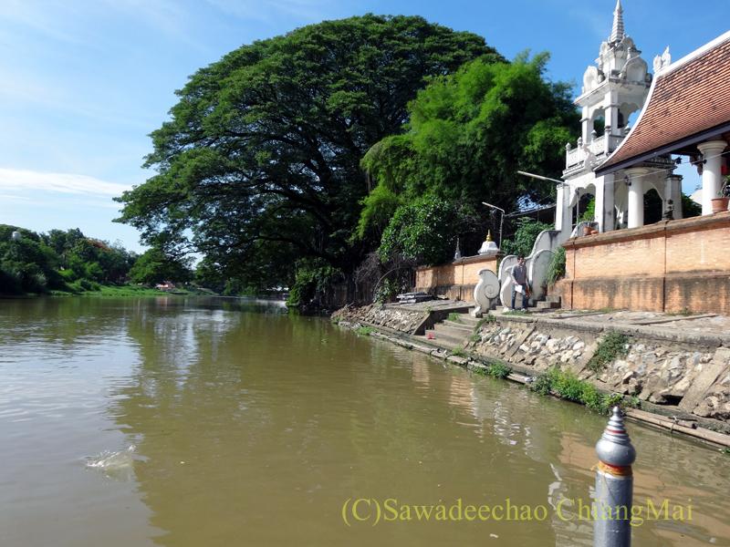ウィサカブーチャの日のチェンマイのワットチャイモンコンとピン川