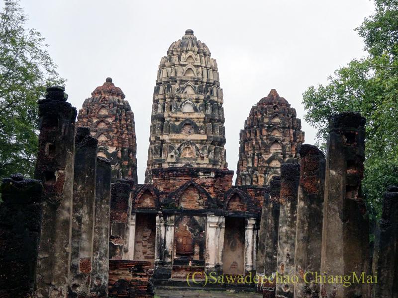 タイのスコータイ遺跡のワットシーサワーイ