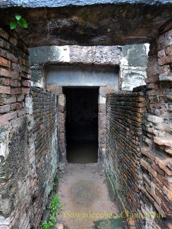 タイのスコータイ遺跡のワットシーサワーイの仏塔下の穴