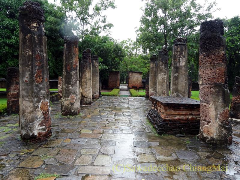 タイのスコータイ遺跡のワットシーサワーイの本堂跡から振り返る