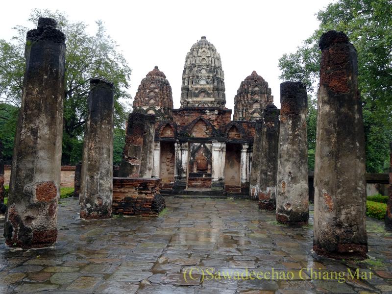 タイのスコータイ遺跡のワットシーサワーイの入口からの風景