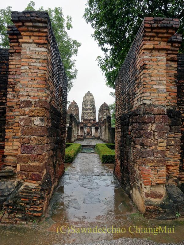 タイのスコータイ遺跡のワットシーサワーイの入口の風景