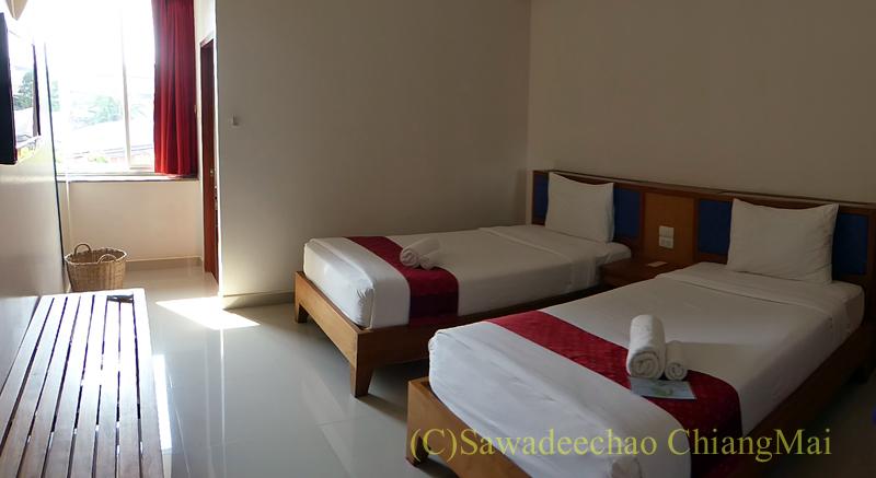 タイのメーソートにある中級ホテル、J2ホテルの客室概観