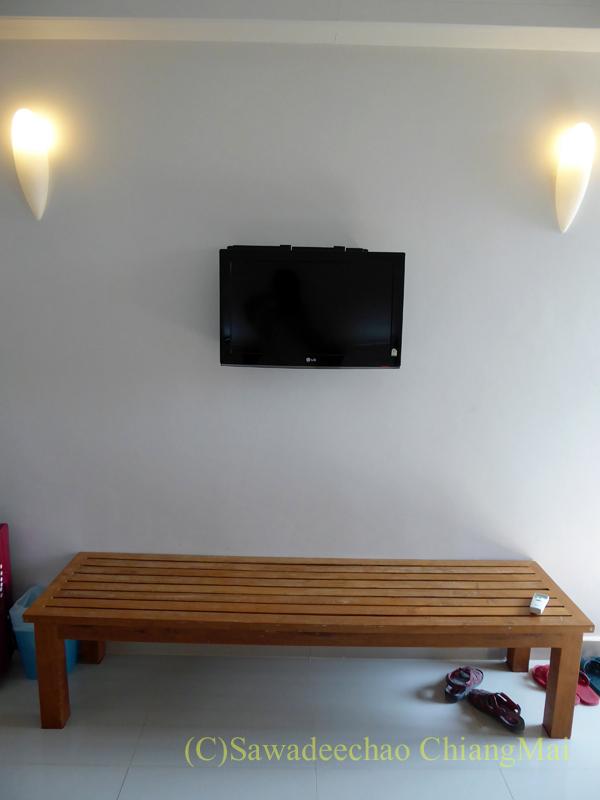 タイのメーソートにある中級ホテル、J2ホテルの荷物置きとテレビ