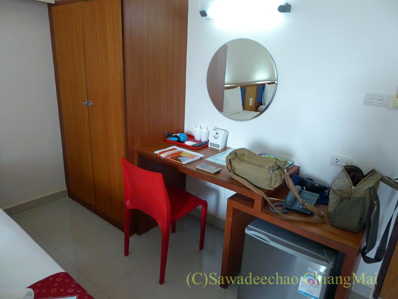 タイのメーソートにある中級ホテル、J2ホテルのデスクとクローゼット