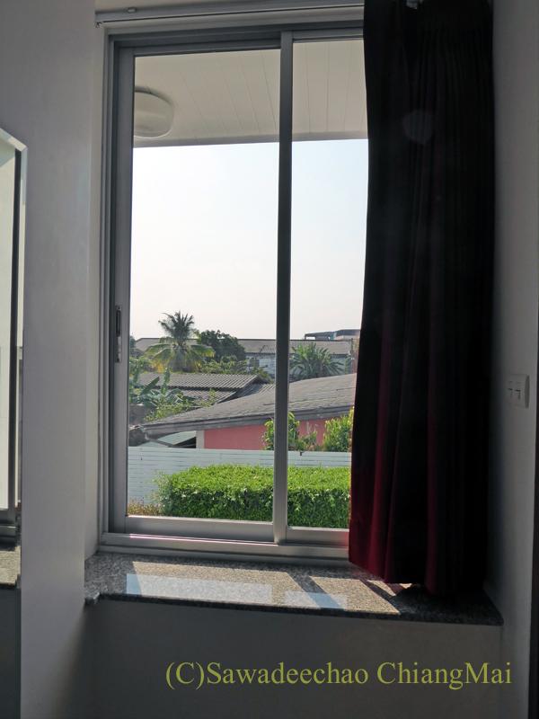 タイのメーソートにある中級ホテル、J2ホテルの客室の窓