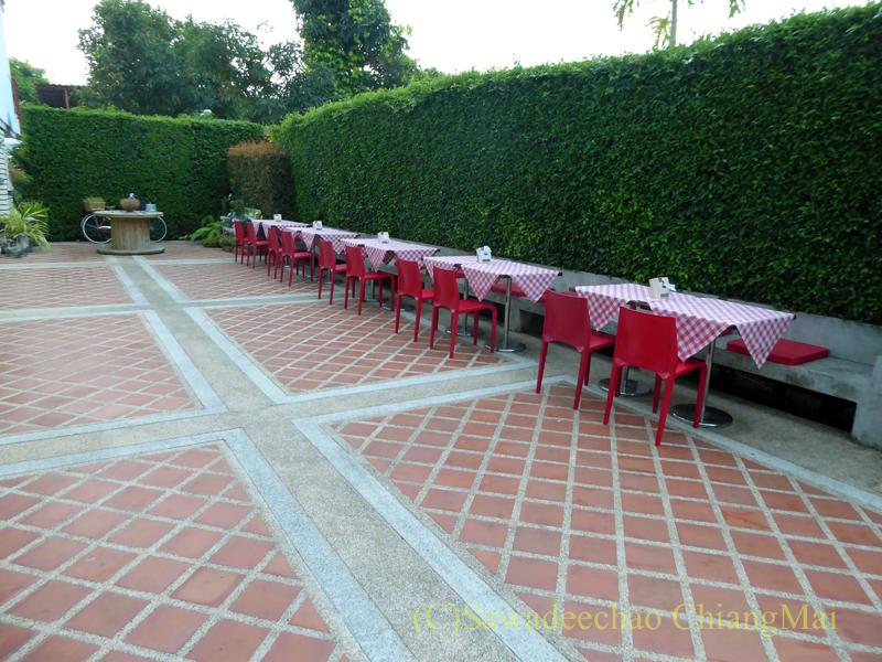 タイのメーソートにある中級ホテル、J2ホテルのレストランのテラス席