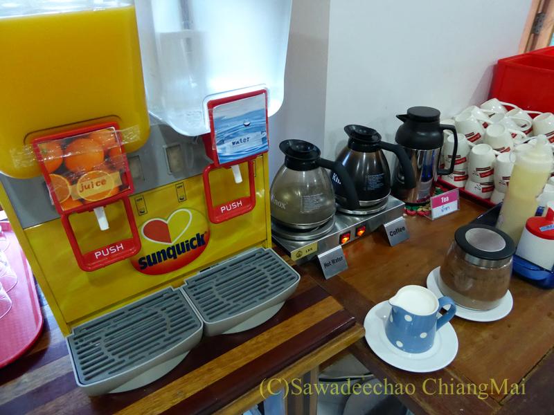 タイのメーソートにある中級ホテル、J2ホテルの朝食の飲み物