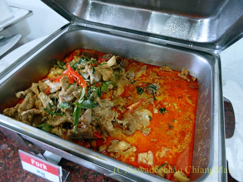 タイのメーソートにある中級ホテル、J2ホテルの朝食のタイカレーと炒め物