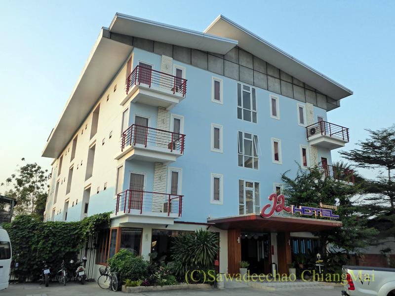 タイのメーソートにある中級ホテル、J2ホテルの外観