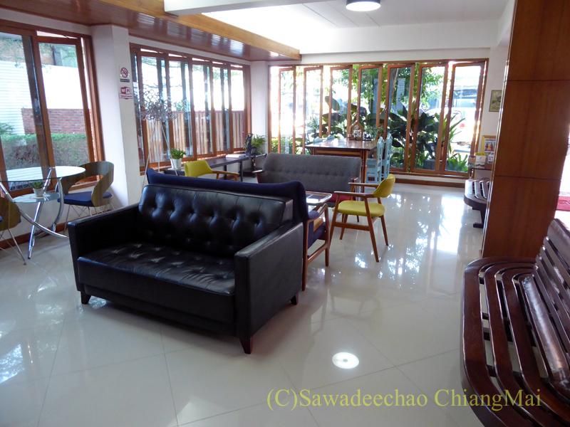 タイのメーソートにある中級ホテル、J2ホテルのロビー