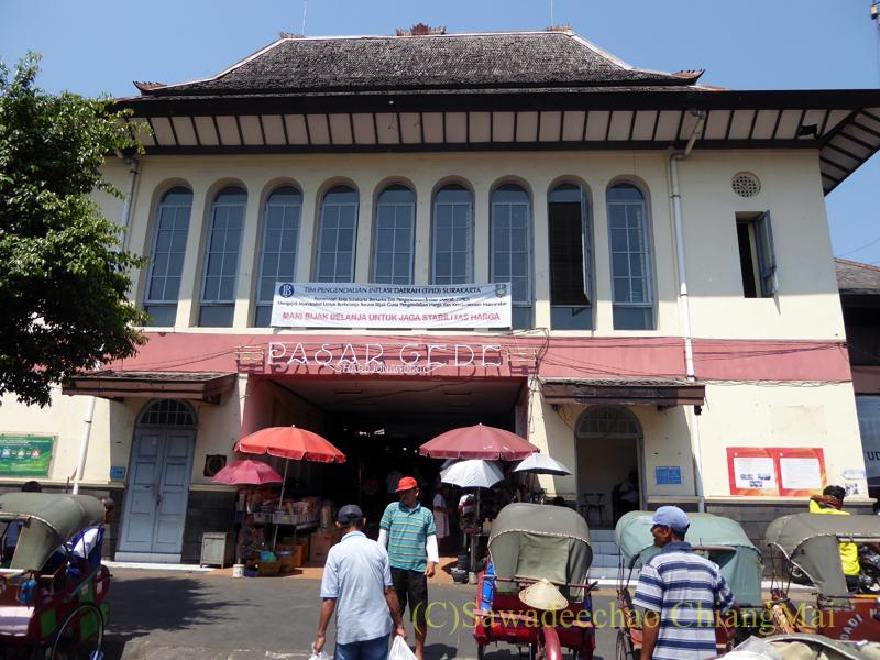 インドネシアのソロ(スラカルタ)にあるグデ市場の正面入口