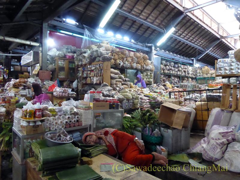 インドネシアのソロ(スラカルタ)にあるグデ市場の野菜売り場