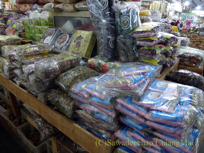 インドネシアのソロ(スラカルタ)にあるグデ市場の伝統薬の店