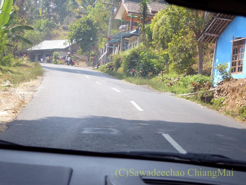 インドネシアのジャワ島にあるスクー寺院の遺跡に向かう山道