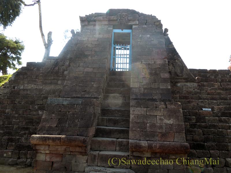 インドネシアのジャワ島にあるスクー寺院の楼門