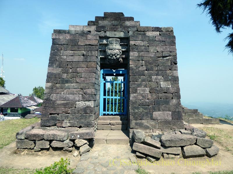 インドネシアのジャワ島にあるスクー寺院の楼門の裏側