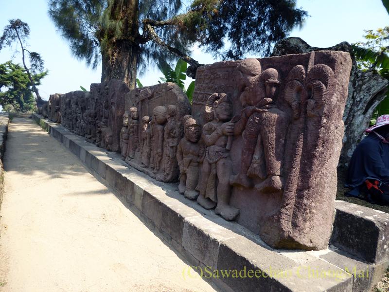 インドネシアのジャワ島にあるスクー寺院の石彫の列